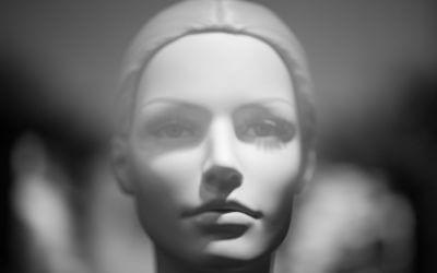 Ein jeder trägt eine produktive Einzigkeit in sich, als den Kern seines Wesens; und wenn er sich dieser Einzigkeit bewusst wird, erscheint um ihn ein fremdartiger Glanz, der des Ungewöhnlichen. –Friedrich Nietzsche